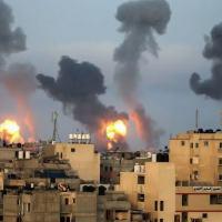 Chamas e fumaça após ataque aéreo de Israel no sul da Faixa de Gaza