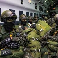 Membros do 27º Batalhão Paraquedista a bordo de uma aeronave KC-390 da FAB pronto para entrar em ação na Operação Culminating