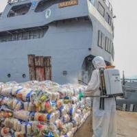 Cestas de alimentos são desinfectadas antes da distribuição