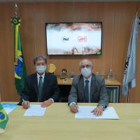 Gen Mattioli (IMBEL) e o Sr Masaru  (JRC)assinam o Termo de Cooperação