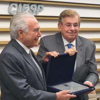 SIMDE - COMDEFESA - III Prêmio Gen Mursa - Presidente Erane Aguiar (SIMDE) entrega o prêmio ao  ex Presidente Michel Temer