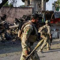 (Arquivo) Soldados afegãos passam pela entrada da prisão de Jalalabad, atacada pelos talibãs, em 3 de agosto de 2020