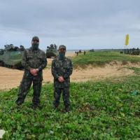 Comandante em Chefe da Esquadra e Comandante da Força de Fuzileiros da Esquadra acompanham movimento de tropas em desembarque anfíbio