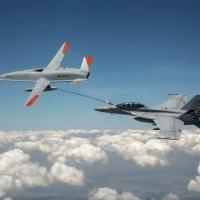 MQ-25 T1 reabastece um Super Hornet F / A-18 da Marinha dos EUA,  pela primeira vez uma missão de reabastecimento aéreo por um drone.