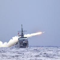 """Lançamento de míssil superfície-superfície EXOCET MM-40, pela Fragata """"Independência"""""""