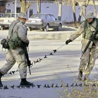 (Arquivo) Militares norte-americanos colocam uma corrente na entrada da embaixada dos EUA em Cabul logo após a queda do Talibã em dezembro de 2001