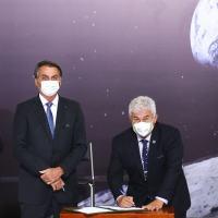 Brasil adere a acordo dos EUA para exploração pacífica do espaço. Acordo planeja enviar a primeira mulher à Lua em 2024.