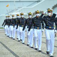 Aspirantes da Marinha juram à Bandeira e recebem espadins