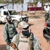 Um soldado da Minusca (d), um guarda russo de serviço privado (c) e um membro das Faca (Forças Armadas Centro-Africanas) (g) trabalham em 27 de dezembro de 2020, em Bangui