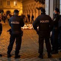 (Arquivo) Policiais vigiam área do ataque em Viena