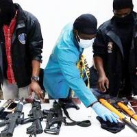 A polícia do Haiti apresentou armas, telefones, passaportes e alguns dos suspeitos detidos à imprensa na quarta-feira
