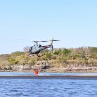 Em 25 lançamentos, totalizando cerca de 8 mil litros de água, por cerca de seis horas, os militares controlaram incêndio às margens do Rio Paraguai, nas proximidades do Canal Tamengo.