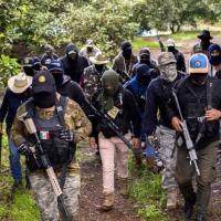 Membros do grupo de autodefesa Pueblos Unidos monitoram plantações de abacate, chicoteadas por cartéis de drogas que dominam a área, em Ario de Rosales, estado de Michoacán, México