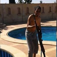 Filmagens de smartphone mostram Choukri Ellekhlifi, de Londres, à beira de uma piscina com uma arma