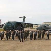 Comandante da Força Aeronaval e militares do Complexo Aeronaval recebem os tripulantes do KC-390