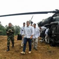 oto de arquivo tirada em 09 de agosto de 2019 e divulgada pela Presidência da Colômbia do presidente Ivan Duque (C), caminhando após descer de um helicóptero em uma plantação de coca em Catatumbo, sul da Colômbia