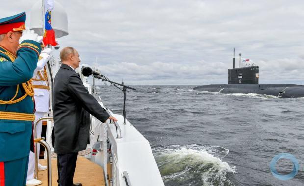 Presidente Putin observa a Parada Naval comemorativa aos 325 anos da Marinha Russa.