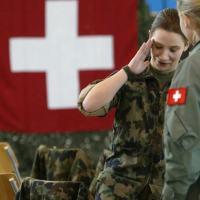 O serviço militar atrai poucas mulheres na Suíça. Keystone / Urs Flueeler