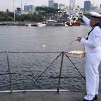 Lançamento de flores em homenagem aos Mortos da Marinha em Guerra