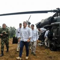 Foto de arquivo tirada em 09 de agosto de 2019 e divulgada pela Presidência da Colômbia do presidente Ivan Duque (C), caminhando após descer de um helicóptero em uma plantação de coca em Catatumbo, sul da Colômbia