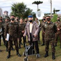 Banda de Música da 5ª Divisão de Exército, visitaram em Curitiba, o herói de guerra da Força Expedicionária Brasileira (FEB), Nery Correia do Prado