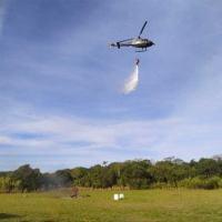 Aeronave UH-12 do 1° Esquadrão de Helicópteros de Emprego Geral em ação no exercício de combate a incêndio ambiental