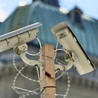 De acordo com a nova lei suíça antiterrorismo, a polícia federal pode decidir sobre medidas de vigilância eletrônica sem a aprovação de um tribunal e os dados coletados podem ser utilizados para um propósito além do previsto pela lei, de acordo com um especialista. Westend61 / Jess Derboven