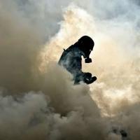 Jornalista caminha em meio a uma nuvem de gás lacrimogêneo durante protesto contra o presidente Nicolás Maduro em Caracas, 1º de maio de 2017