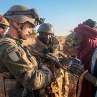 Militar francês da Operação Barkhane fala com militar do Mali (2016). Missão que tem custado muitas vida aos militares  franceses
