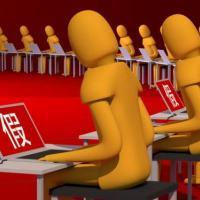Imagem de pessoas anônimas em computadores com um caractere chinês em todas as telas