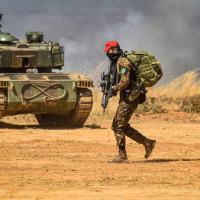 As autoridades presenciaram a simulação de um ataque coordenado, com a realização de tiros de longo alcance, infiltração no terreno por militares paraquedistas, entre outras ações.