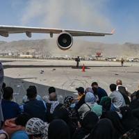 Afegãos foram correndo para o aeroporto de Cabul na segunda-feira (16/8) na esperança de deixar o país