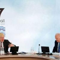 O primeiro-ministro britânico Boris Johnson (à esquerda) e o presidente dos EUA Joe Biden, em reunião na cúpula do G7 em Carbis Bay, oeste da Inglaterra