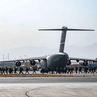 Avião no aeroporto de Cabul