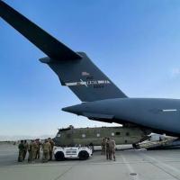 Helicóptero é embarcado em avião de carga dos EUA no aeroporto de Capul para retirada do Afeganistão