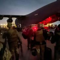 Nesta foto do Exército americano, paraquedistas se preparam para embarcar em avião no aeroporto de Cabul (AFP/Alexander BURNETT)