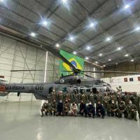 Tripulação do GAerNavMan-Projeto HU-2 entrega aeronave