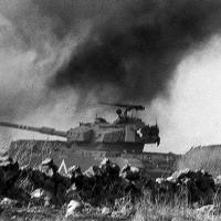 Israel fora inteiramente surpreendido: às 14 horas as forças armadas egípcias e sírias atacaram ao mesmo tempo: as primeiras, no Canal de Suez; as outras, nas colinas de Golã.
