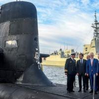 (Arquivo) Presidente francês, Emmanuel Macron (2º à esq.), e o então premiê australiano, Malcolm Turnbull (centro), na ponte do submarino australiano HMAS Waller, em 2 de maio de 2018, em Sydney (AFP/BRENDAN ESPOSITO)
