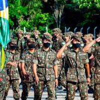 A cerimônia de juramento à Bandeira é o ato mais solene e significativo para o militar, firmando permanentemente um compromisso com a Nação