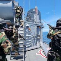 """Deslocamento tático de militares senegaleses na Fragata """"Independência"""", durante exercício"""