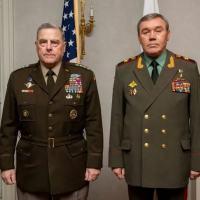 O chefe do Estado-Maior dos EUA, Mark Milley, e seu colega russo Valery Gerasimov se encontraram novamente pessoalmente pela primeira vez em 20 meses em Helsinki, capital da Finlândia (AFP/Chuck BURTON)