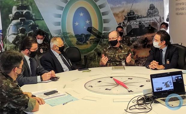 A comitiva da Ares foi recebida pelo Chefe do Centro de Doutrina do Exército, General de Divisão Sérgio Luiz Tratz, e representantes do Departamento de Ciências e Tecnologia (DCT), Diretoria de Material (DMAT), Escritório de Projetos do Exército (EPEx) e Estado Maior do Exército (EME).