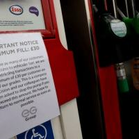 Cartaz informa sobre racionamento de combustíveis em posto em Stoke-on-Trent, no Reino Unido