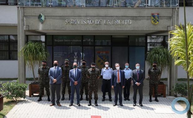 Comitiva itaaliana no Quartel General da 5ª Divisão de Exército, em Curitiba, sendo recebida pelo seu Comandante, o General de Divisão Fábio Benvenutti Castro, acompanhado de todos seus oficiais-generais.