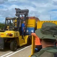 O comandante do Exército venezuelano José Santiago Moreno (D), observa a retirada de contêineres usados como barricadas na ponte fronteiriça internacional Simón Bolívar entre a Venezuela e a Colômbia, em San Antonio, estado de Táchira, Venezuela, em 4 de outubro de 2021 (AFP/Sonia VIVAS)