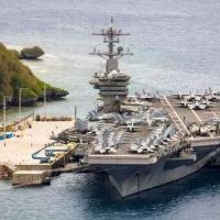 O porta-aviões USS Theodore Roosevelt anacorado na base naval de Guam, em maio de 2021, após ser forçado a atracar devido a um surto de covid-19 que infectou cerca de um quarto dos 4.800 tripulantes do navio (AFP/Conner D. BLAKE)