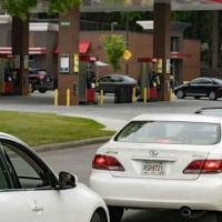 Carros fazem fila em postos de gasolina nos Estados Unidos com medo de uma escassez de combustível causada por um grande ataque de ransomware (AFP/Megan Varner)