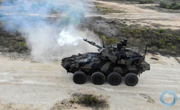 Centauro 2 disparando canhão 120 mm na Escola de Cavalaria do Exército Italiano . Foto Esercito Italiano