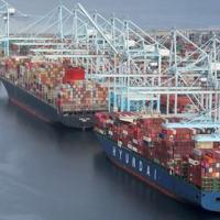 Portos como o de Los Angeles têm visto filas de embarcações esperando para descarregar